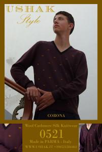 Maglionebordeaux in lana all'esterno e seta sulla pelle, con collo a V in cashmere neroe intarsi dellacorona in seta.